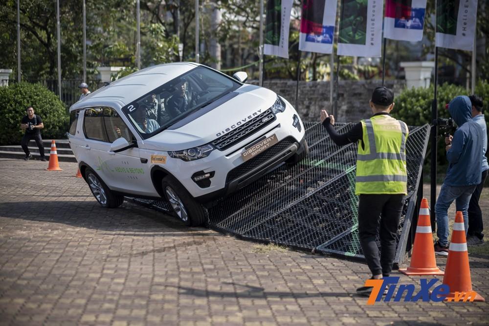 Range Rover Evoque 2020 mới được ra mắt cũng được đưa đến để khách hàng có thể trải nghiệm.