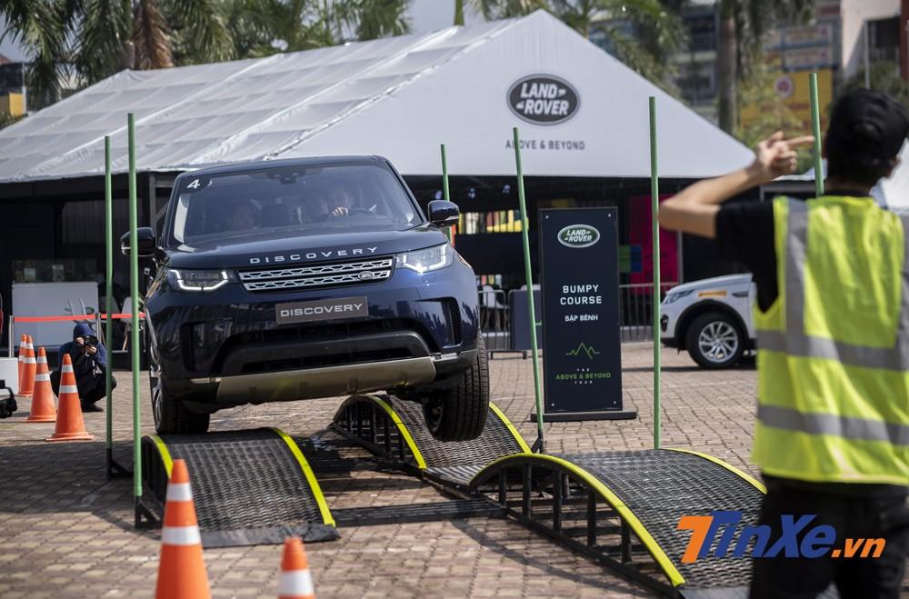 Cầu bập bênh là bài thử nghiệm cho thấy khả năng linh hoạt của Land Rover khi đi qua những đoạn đường xấu, mất độ bám ở một hoặc hai bánh xe.