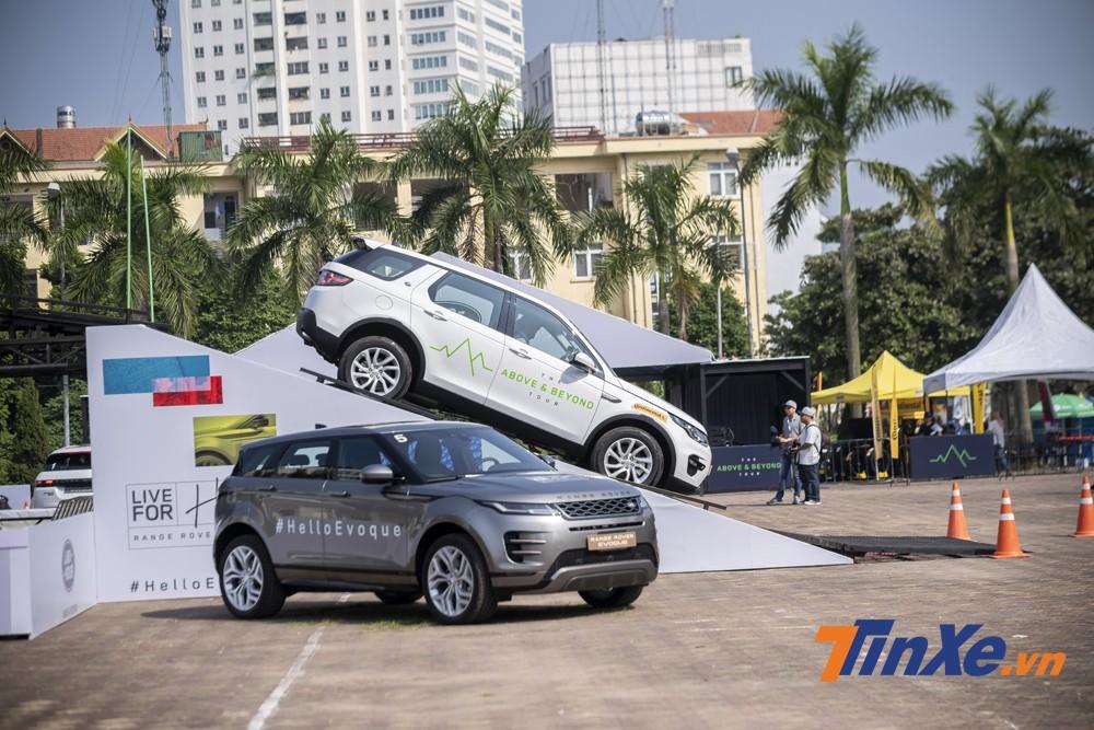 Hệ thống hỗ trợ xuống dốc của Land Rover sẽ giữ tốc độ tối đa của chiếc xe ở mức dưới 10km/h thông qua việc điều chỉnh hộp số để tận dụng lực cản từ động cơ và điều phối chân phanh một cách tự động. Người lái chỉ cần tập trung vào điều khiển hướng lái.