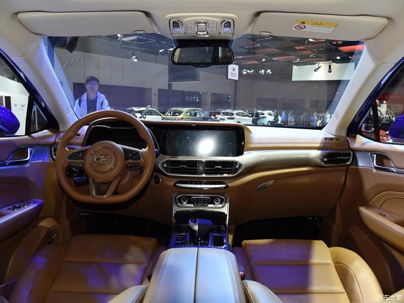 Nội thất của xe có sự xuất hiện của hai màn hình lớn làm điểm nổi bật. Vô lăng 3 chấu kèm nhiều nút bấm điều khiện lợi.