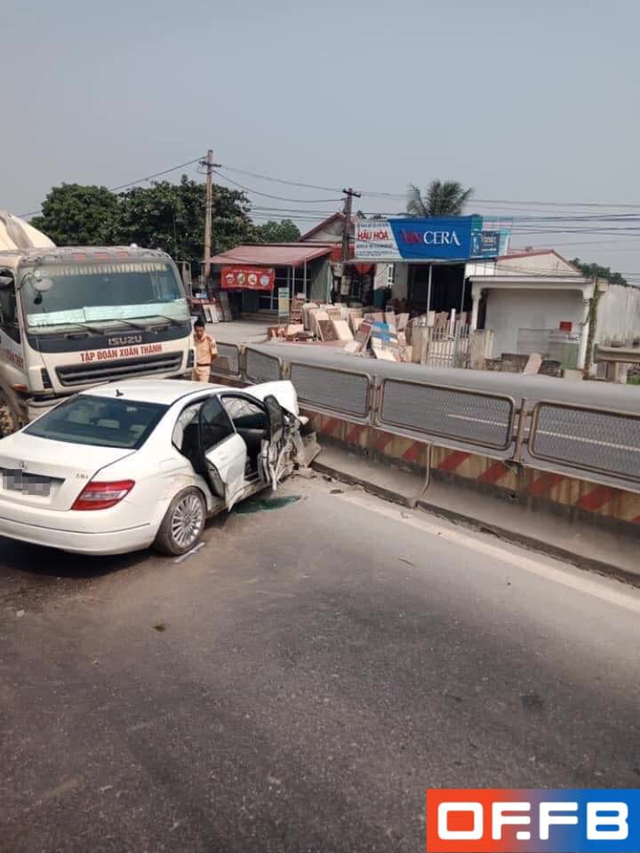 Chiếc Mercedes-Benz C250 nằm xoay ngang ra đường, chắn trước đầu xe bồn