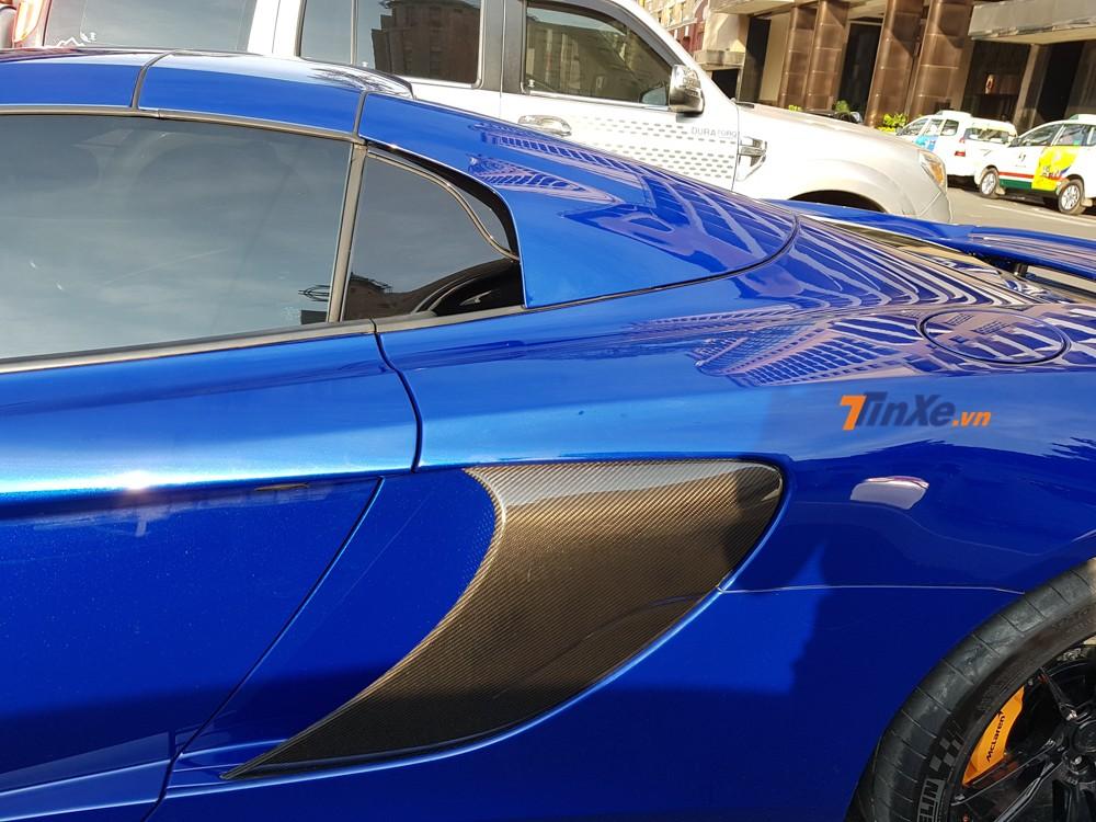 Ốp hốc gió bên hông của siêu xe McLaren 650S Spider màu xanh Aurora Blue có một không hai tại Việt Nam cũng bằng carbon