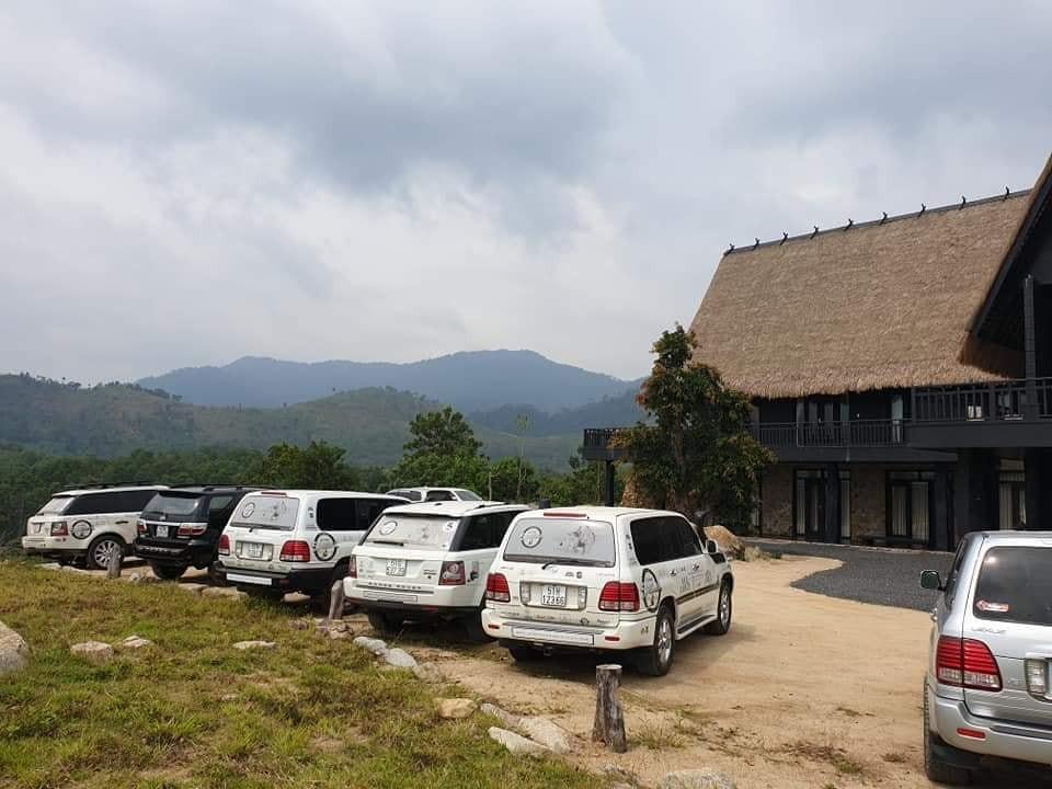 Một dàn Range Rover và Toyota Land Cruiser đời cũ cùng mang màu trắng và độ lại ống thở của Safari