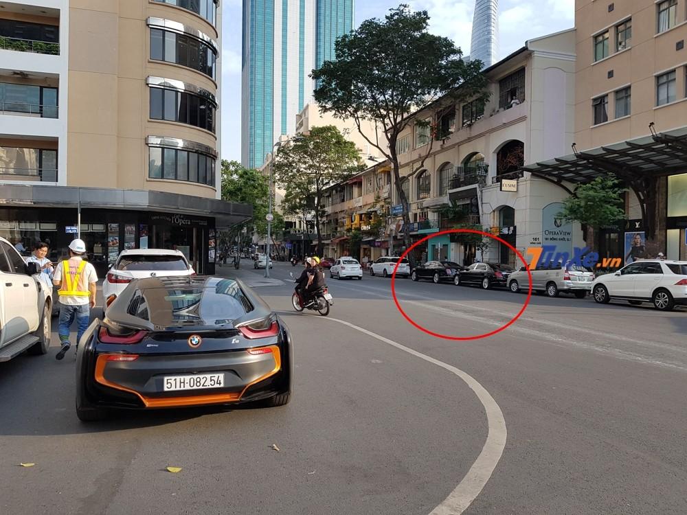 Chiếc BMW i8 này đỗ ngoài cùng đoàn xe đậu tại nhà hát Thành phố Hồ Chí Minh. Nhìn phía xa chúng ta có thể thấy còn có cặp đôi xe siêu sang Bentley Mulsanne và Mercedes-Maybach S400 của nhà chồng Tăng Thanh Hà.