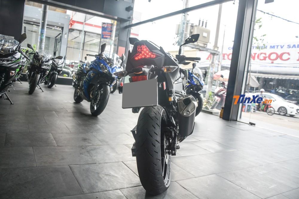 Vẻ đẹp của Kawasaki Z400 2019 nhìn từ phía sau