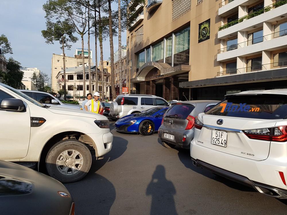 Trong đó, không ít tài xế cho xe vào vị trí đỗ cạnh những chiếc siêu xe này phải lo âu vì sợ va quẹt