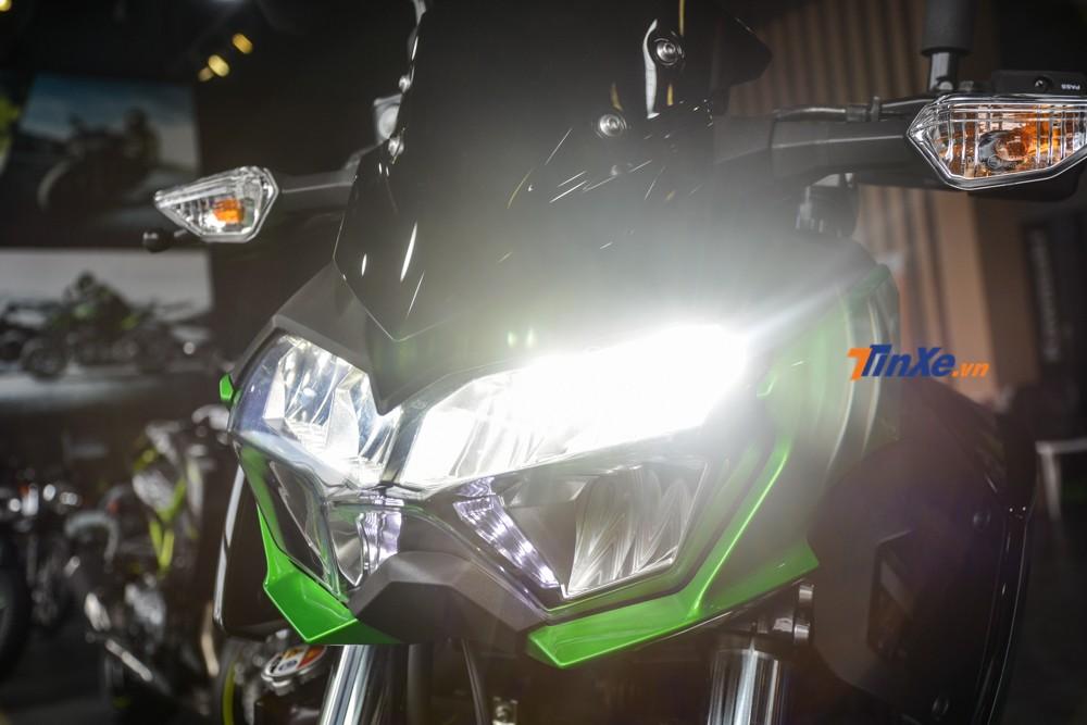 Cận cảnh đèn pha LED thiết kế 2 tầng có trên Kawasaki Z400 2019