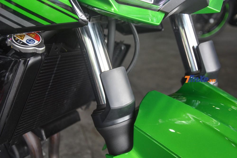 Các trang bị có trên Kawasaki Z400 2019 có thể kể đến như hệ thống treo giống với mẫu xe Kawasaki Ninja 400 bao gồm cặp phuộc trước dạng ống lồng size 41mm