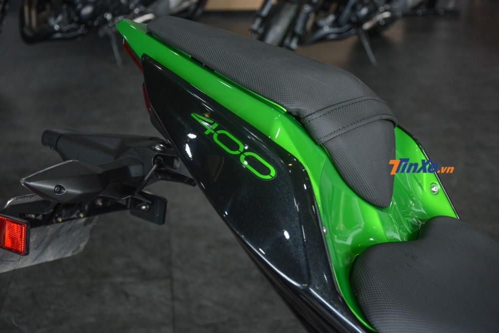 Chiếc naked bike cỡ nhỏ Kawasaki Z400 2019 trong bài có màu xanh lá-đen