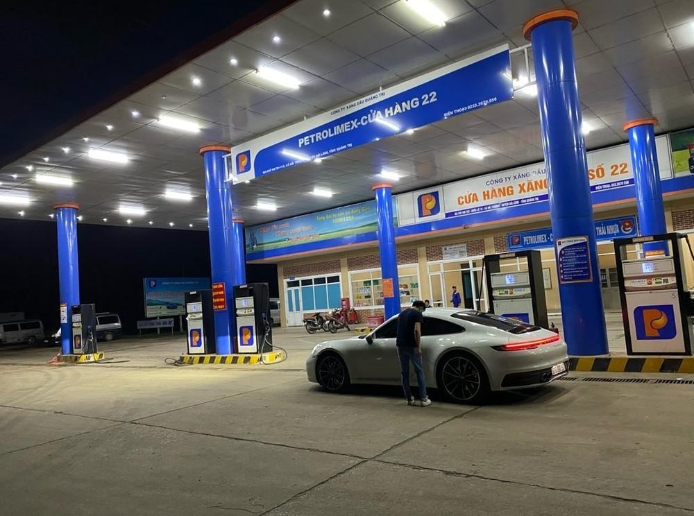 Cường Đô-la đổ xăng cho Porsche 911 Carrera S 2020 tại một cây xăng ở Quảng Trị