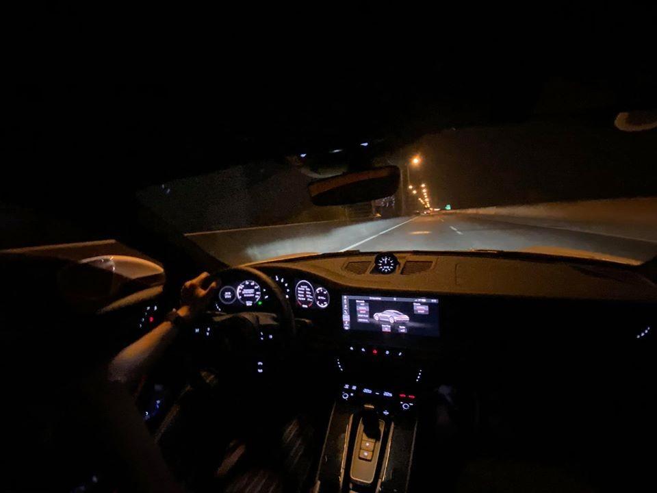 Chiếc xe thể thao Porsche 911 thế hệ mới của vợ chồng Cường Đô-la trên cao tốc