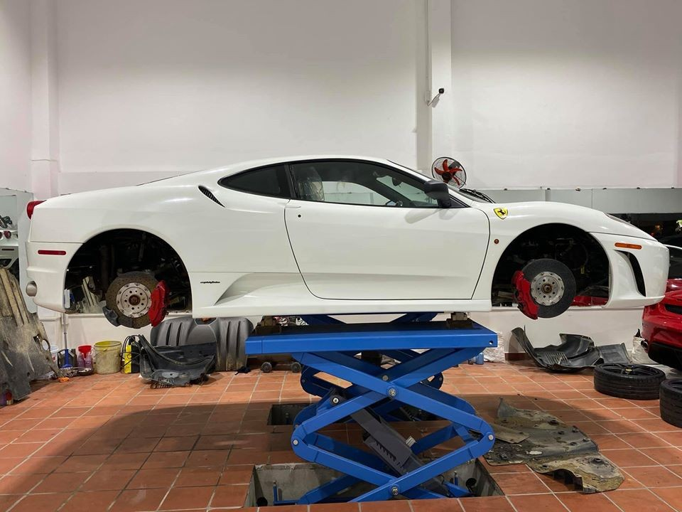 Chiếc siêu xe Ferrari F430 này đang được làm đẹp lại sau nhiều năm ít được sử dụng