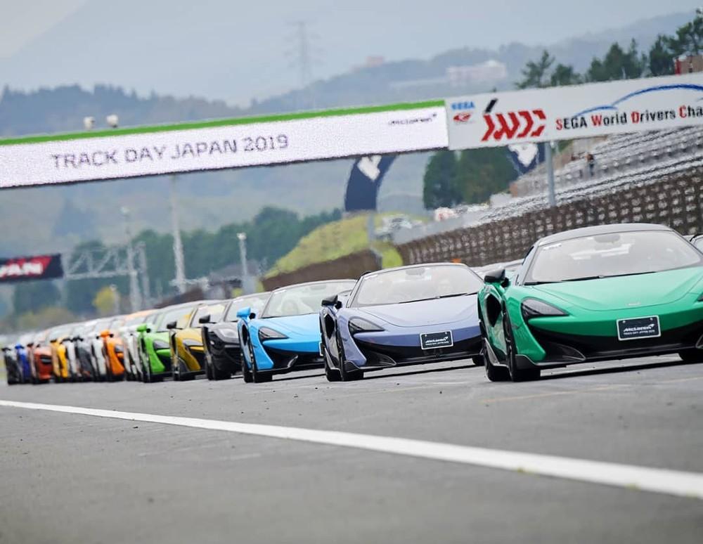 Những chiếc siêu xe McLaren đủ màu sắc khoe dáng tại đường đua ở Nhật Bản