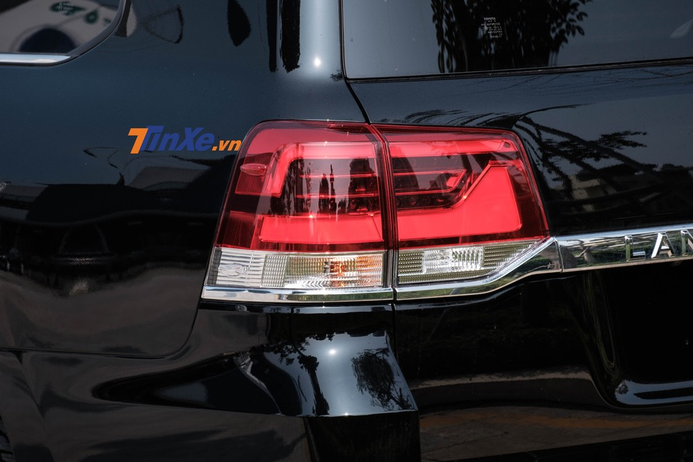 Cụm đèn hậu full LED tạo hình vuông thành góc cạnh theo tổng thể của xe