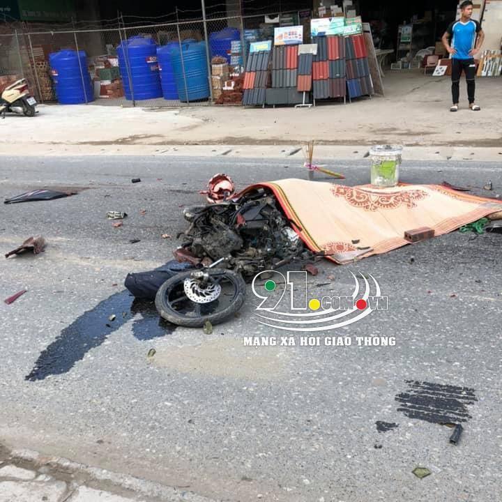 Chiếc xe máy của nạn nhân bị biến dạng hoàn toàn
