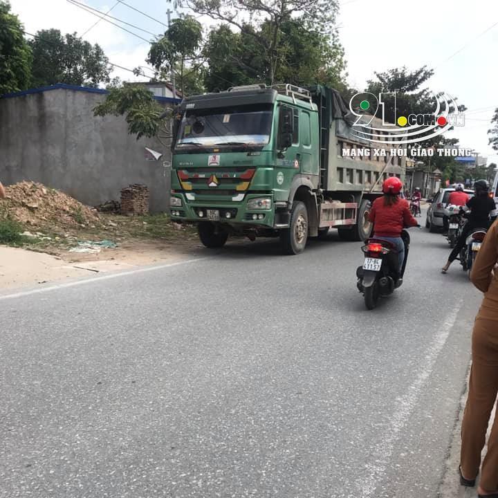 Chiếc ô tô tải Howo đỗ tại hiện trường vụ tai nạn