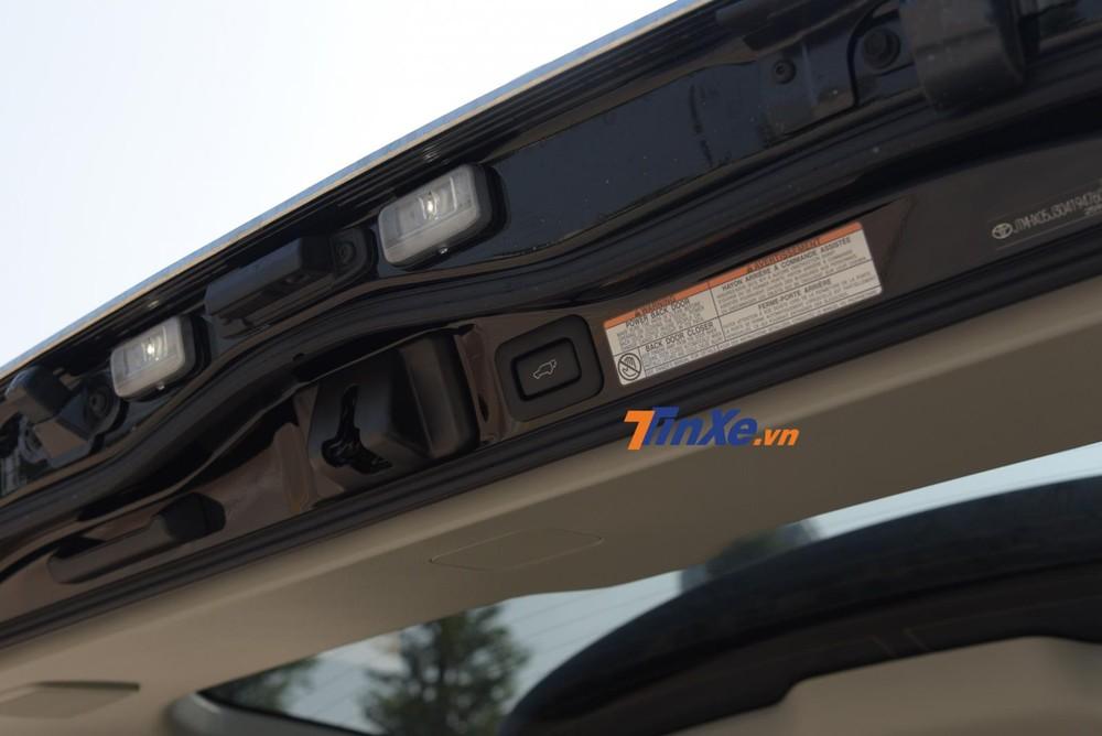 Cốp điện cũng là một tính năng mới trên Toyota Land Cruiser 2020