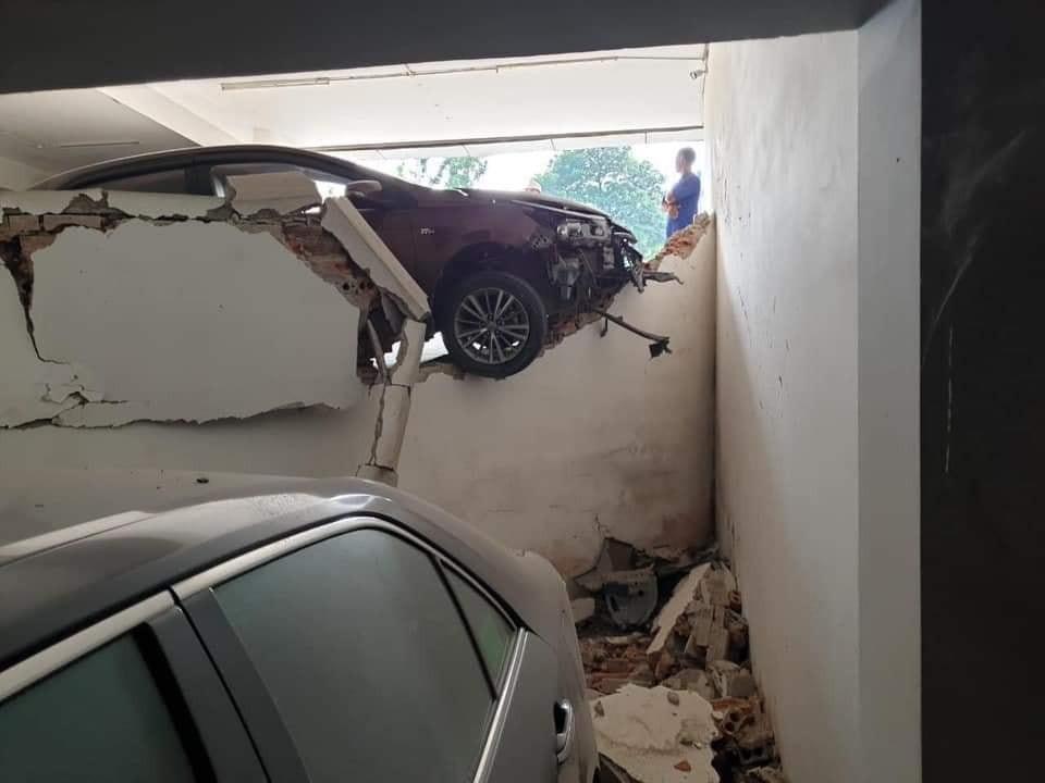Bức tường khoảng 2 m bị đâm thủng