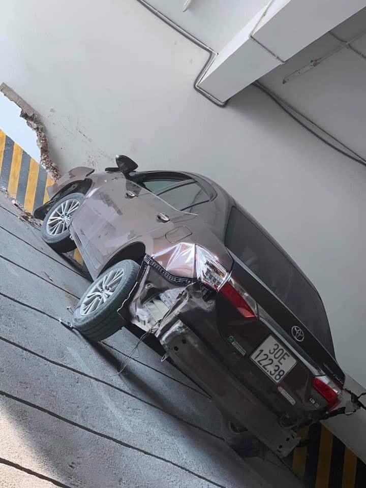 Chiếc xe còn bị móp méo đuôi xe khi lùi dưới hầm gửi xe
