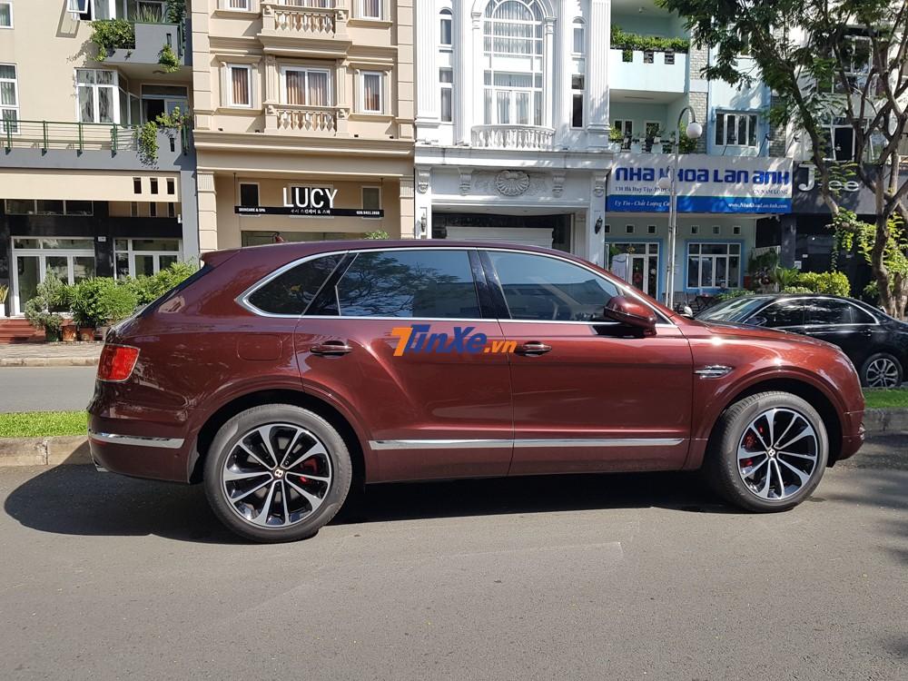 Chiếc SUV siêu sang Bentley Bentayga V8 thứ 2 về Việt Nam có ngoại thất được sơn màu đỏ Cricket Ball được lấy cảm hứng từ màu da của quả banh bóng chày.