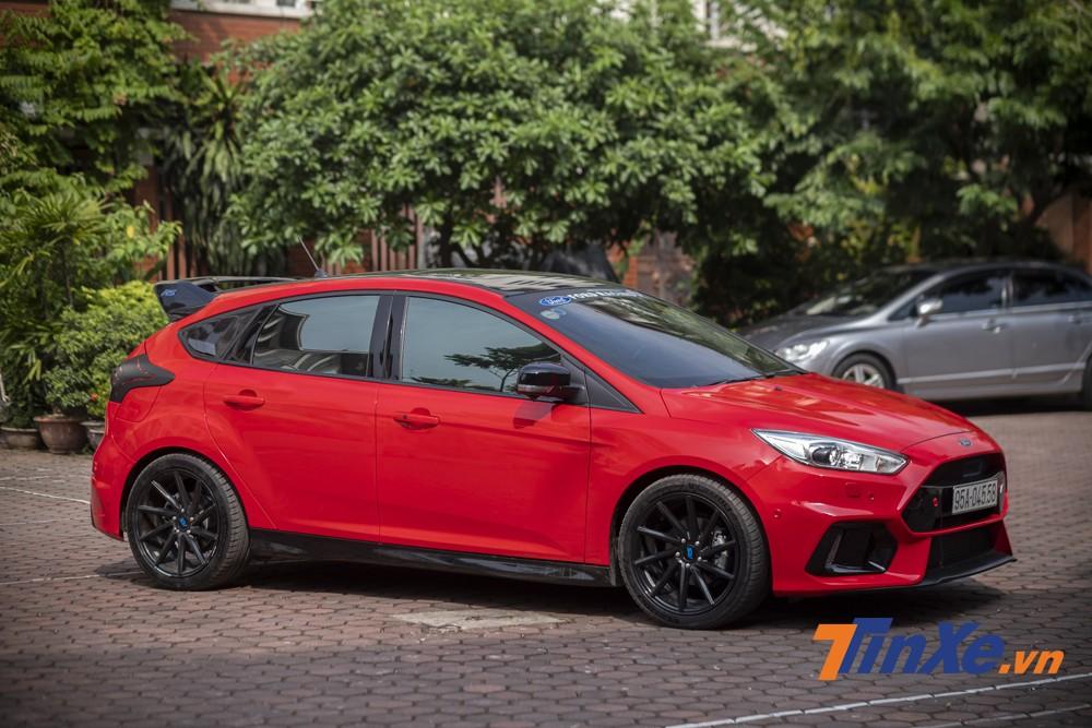 Ngoại thất bóng bẩy với màu sơn Red Candy của chiếc Ford Focus độ RS.