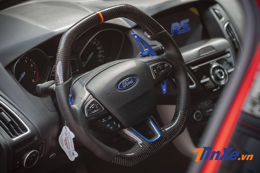Vô-lăng vát thể thao được bọc carbon. Ngoài ra, chủ nhân của chiếc xe cũng đặt thêm cả vô-lăng RS để có thể tự thay thế nếu thích.