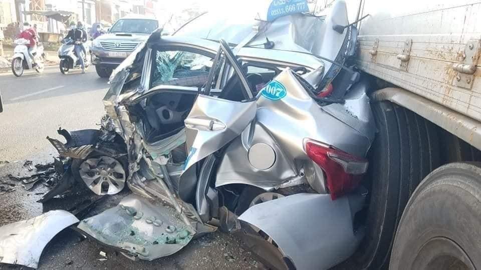 Chiếc xe Taxi bị hỏng nát nặng nề tại hiện trường vụ tai nạn