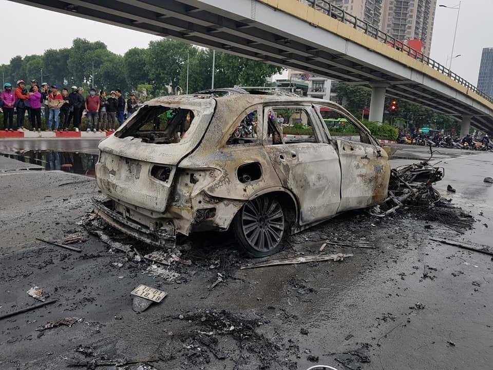 Chiếc Mercedes-Benz GLC cháy trơ khung