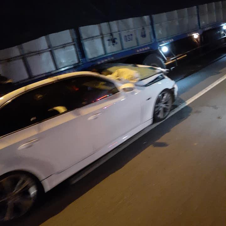 Hiện trường vụ tai nạn giữa chiếc BMW và ô tô tải
