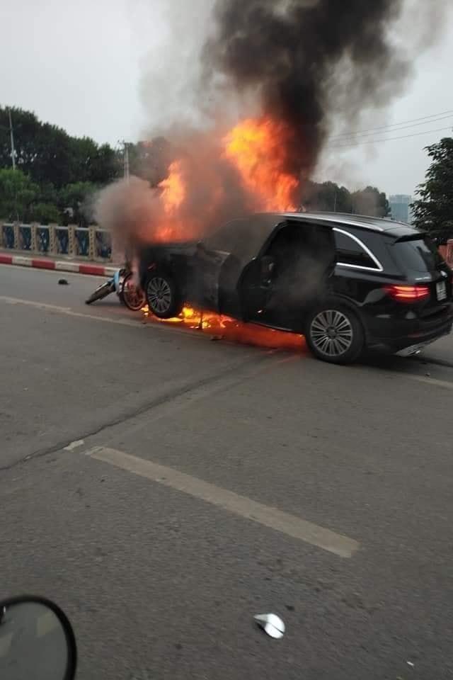 Chiếc Mercedes-Benz GLC cuốn hàng loạt xe máy vào gồm rồi bốc cháy