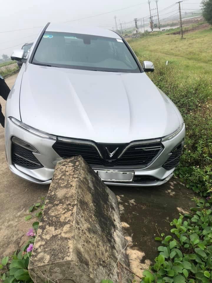 Chiếc VinFast Lux A2.0 gặp tai nạn và đâm thẳng vào dải phân cách