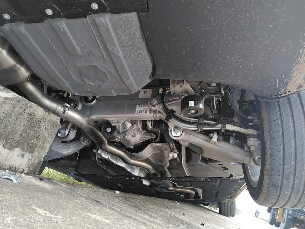 Theo nhận định ban đầu của chủ xe, xe chỉ bị sập gầm, hỏng bánh trước bên lái