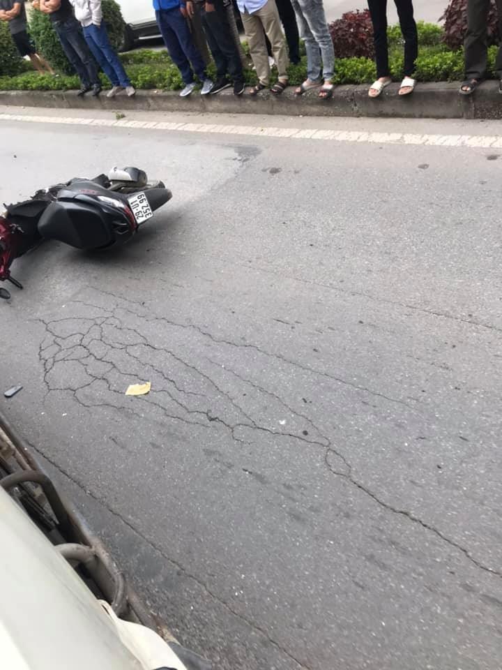 Chiếc xe máy nằm đổ giữa đường
