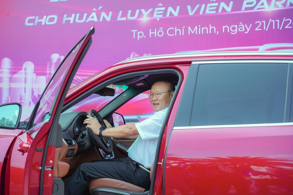 Chiếc VinFast Lux SA2.0 được tặng cho ông Park ngay trước ngày lên đường cùng Đội tuyển U22 Việt Nam sang Philippines để tham dự SEA Games 30