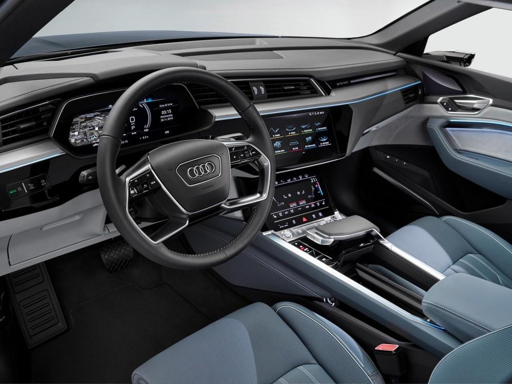 Nội thất của xe tập trung vào tính công nghệ cao và sang trọng
