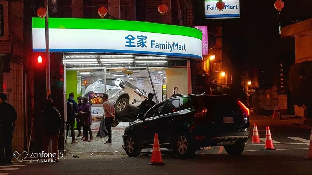 Chiếc SUV màu đen gây tai nạn đỗ bên ngoài cửa hàng tiện lợi