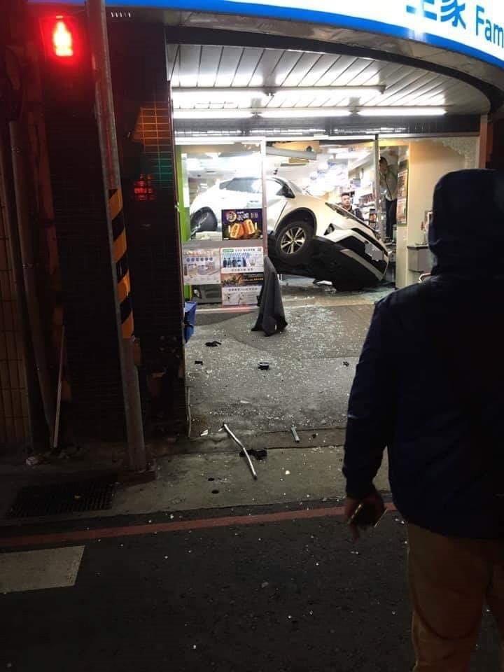 Chiếc SUV màu trắng nằm lọt thỏm bên trong cửa hàng tiện lợi