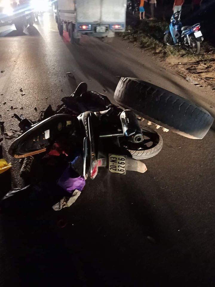 Bánh xe ben nằm gác lên chiếc xe máy tại hiện trường