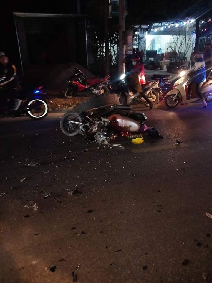 Bánh xe ben văng trúng một người đi xe máy