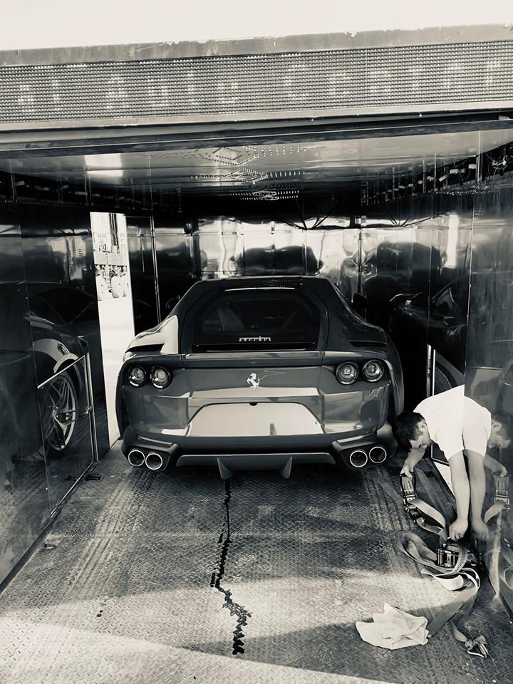 Còn đây là hình ảnh chiếc siêu xe Ferrari 812 Superfast đầu tiên về Việt Nam