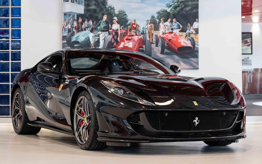 Siêu xe Ferrari 812 Superfast màu đen
