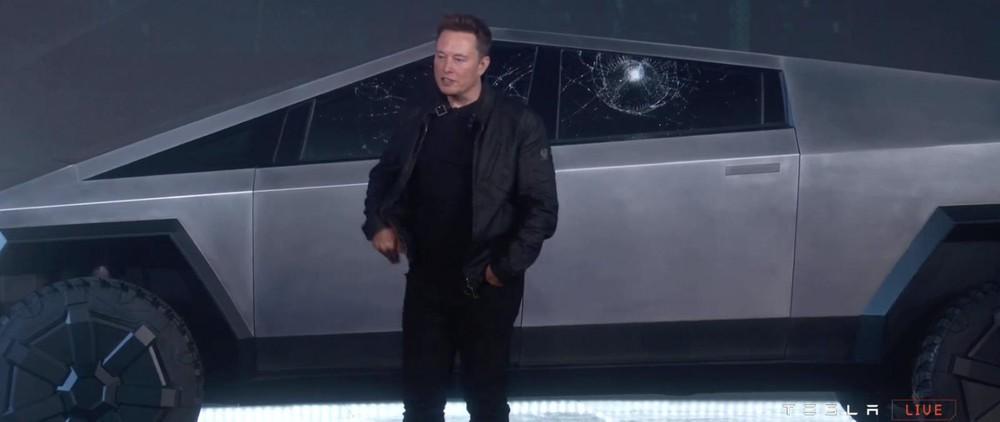 Ông Elon Musk cùng chiếc Cybertruck trong buổi lễ ra mắt trực tiếp