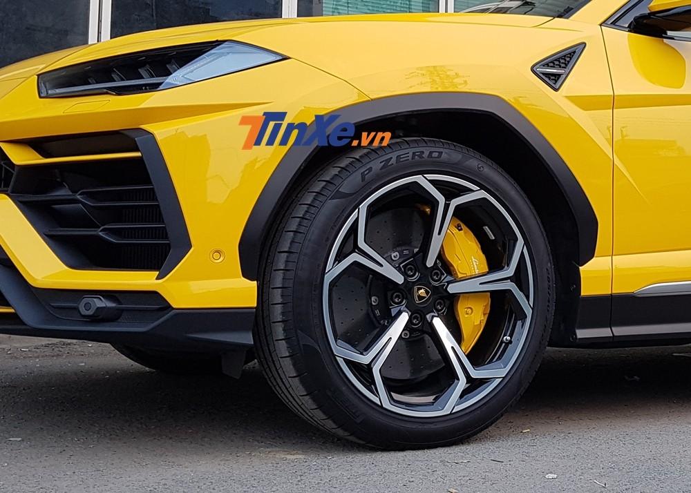 Cả hai chiếc siêu SUV Lamborghini Urus màu vàng Giallo Auge được nhập khẩu chính hãng đều có tuỳ chọn bộ mâm 5 chấu kép Nath kích thước lên đến 22 inch