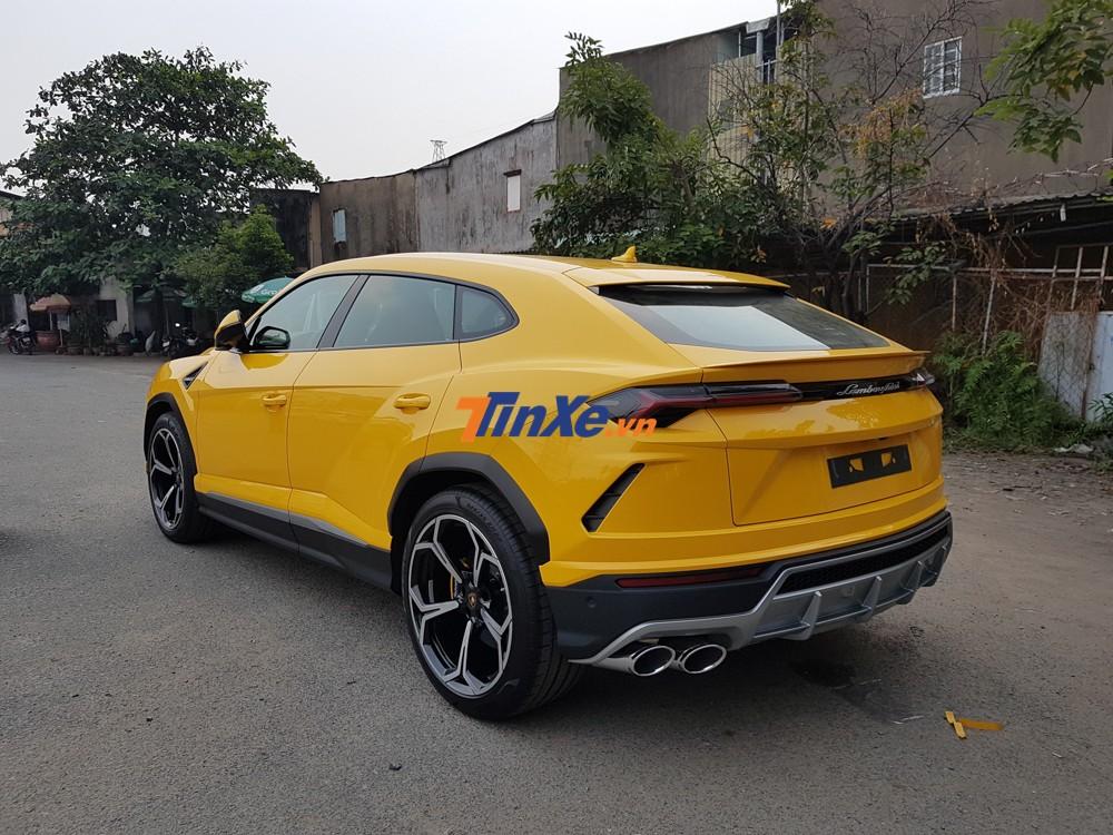 Sau hơn 1 tháng được vận chuyển về garage của chủ nhân, chiếc siêu SUV Lamborghini Urus thứ 6 về Việt Nam đã được cho đi đăng ký biển số và hoàn tất việc đăng kiểm trong chiều ngày 22 tháng 11.