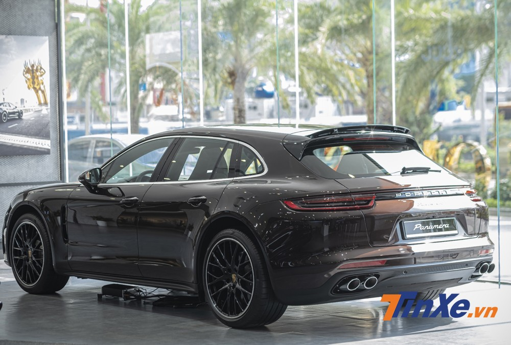 Porsche Panamera 4 Sport Turismo có phần đuôi xe được nâng cao hơn, vuông vắn hơn để tăng thể tích khoang hành lý, tăng không gian sử dụng bên trong xe.