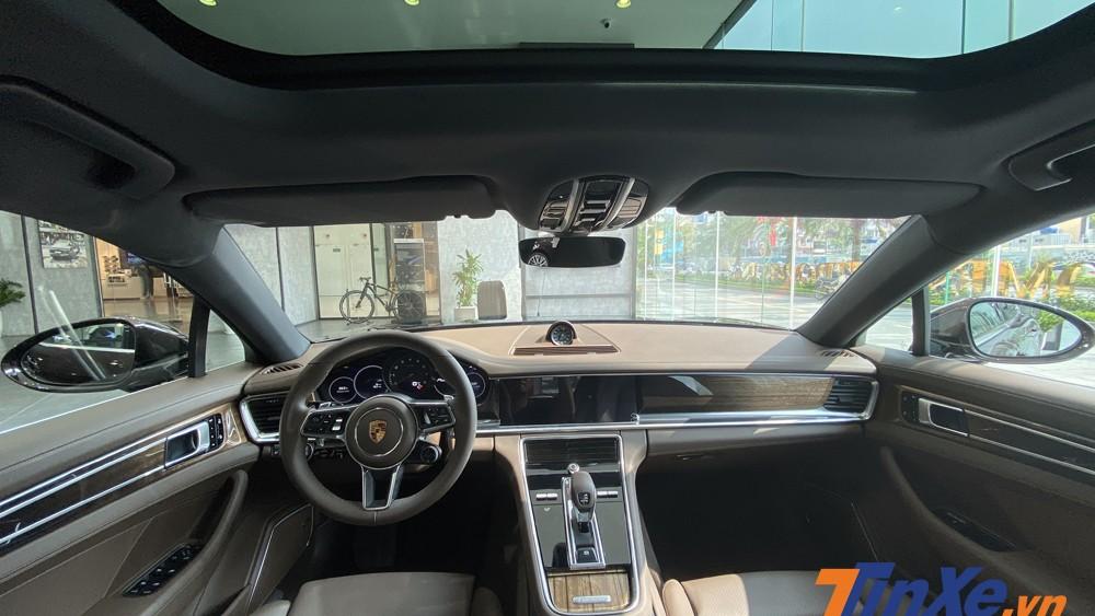 Không gian nội thất sang trọng, tiện nghi nhưng không kèm phần thể thao của Porsche Panamera 4 Sport Turismo.