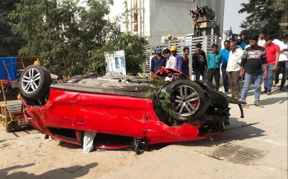 Chiếc ô tô Volkswagen lật ngửa tại hiện trường vụ tai nạn