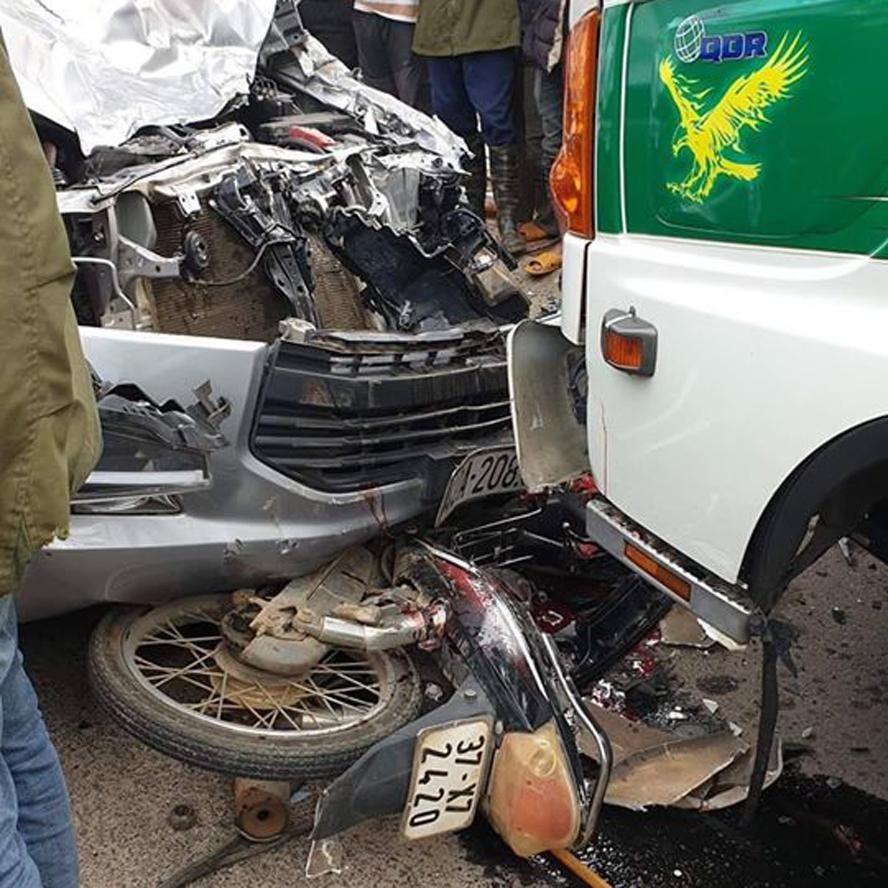 Cả chiếc xe máy và chiếc ô tô Toyota Innova đều bị hư hỏng nặng