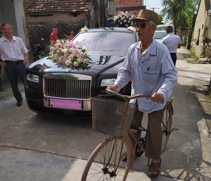 Rolls-Royce Ghost làm xe hoa trong đám cưới trên đường làng ở Nghệ An