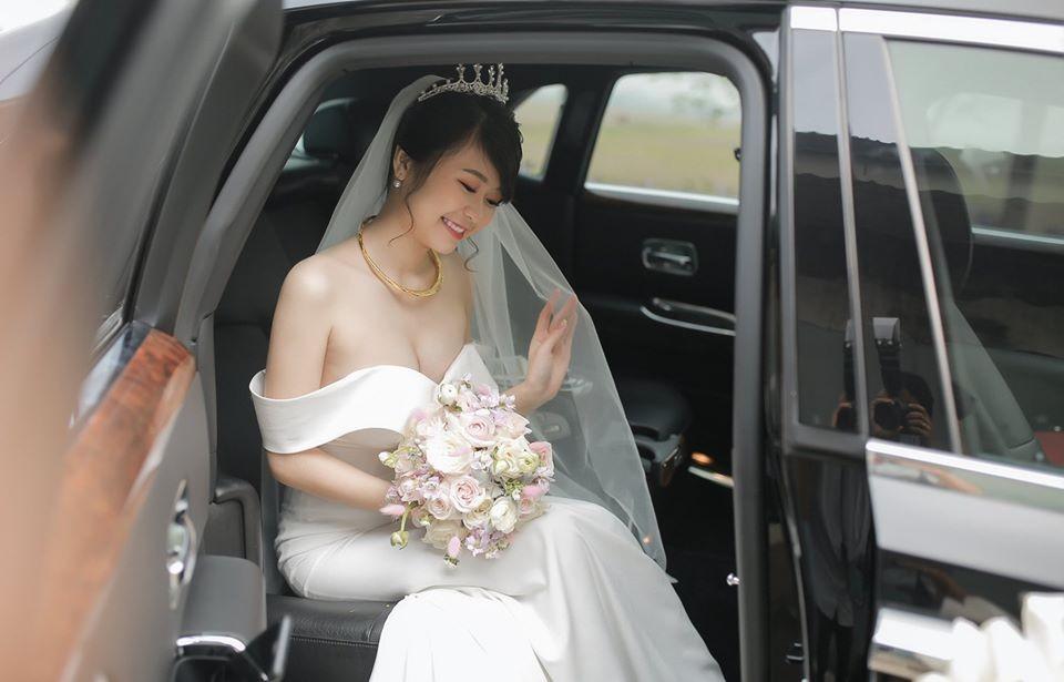 Cô dâu ngồi trong khoang lái Rolls-Royce Ghost